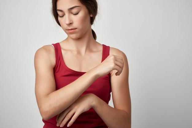 Kobieta z bólem stawów czerwona koszulka problem zdrowotny medycyna reumatyzm. zdjęcie wysokiej jakości