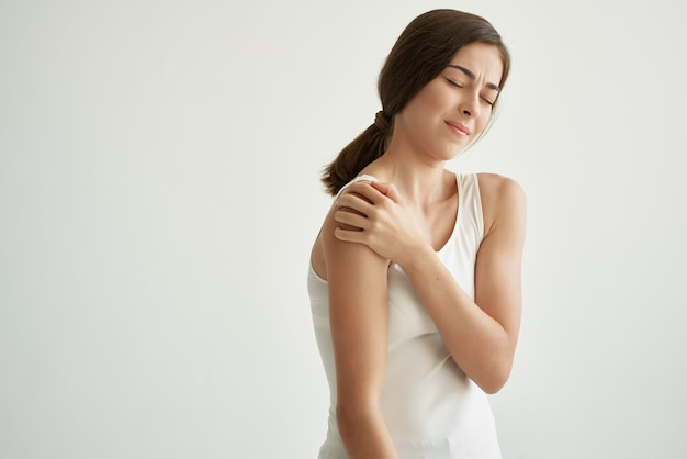 Kobieta z bólem stawów problemy zdrowotne niezadowolenie jasne tło