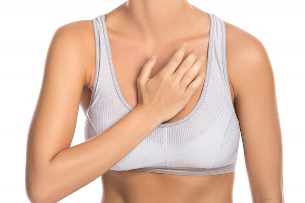 Kobieta z bólem w klatce piersiowej