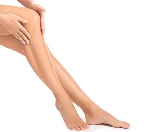 Kobieta z bólem w kolanie