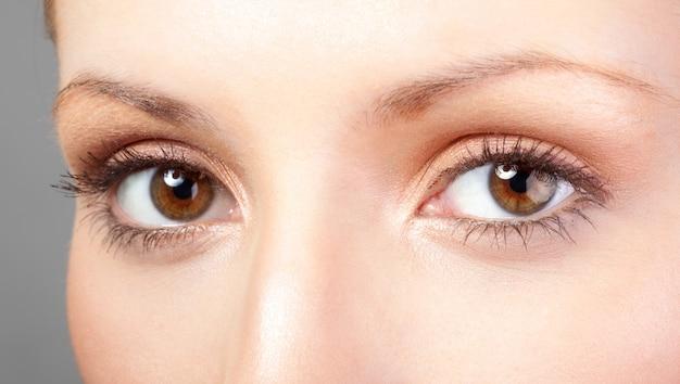 Kobieta z brązowymi oczami i makijażem