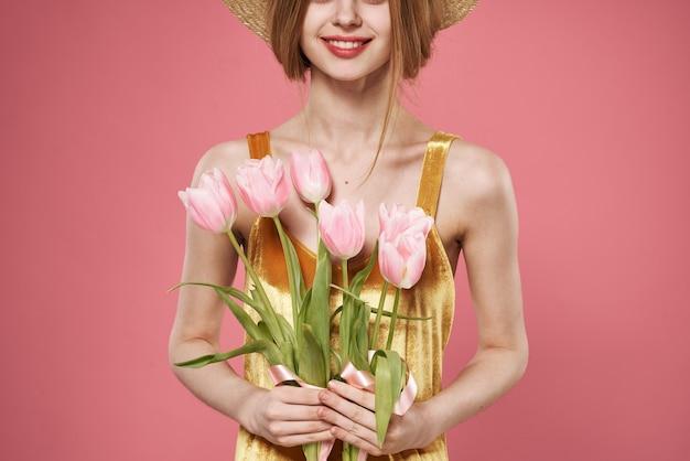 Kobieta z bukietem kwiatów dzień kobiet 8 marca różowe tło. wysokiej jakości zdjęcie