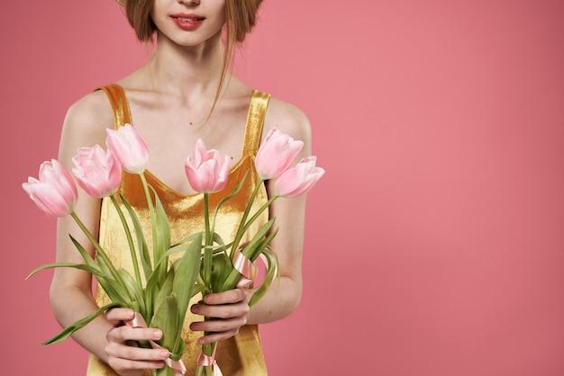Kobieta z bukietem kwiatów dzień kobiet marca różowe tło