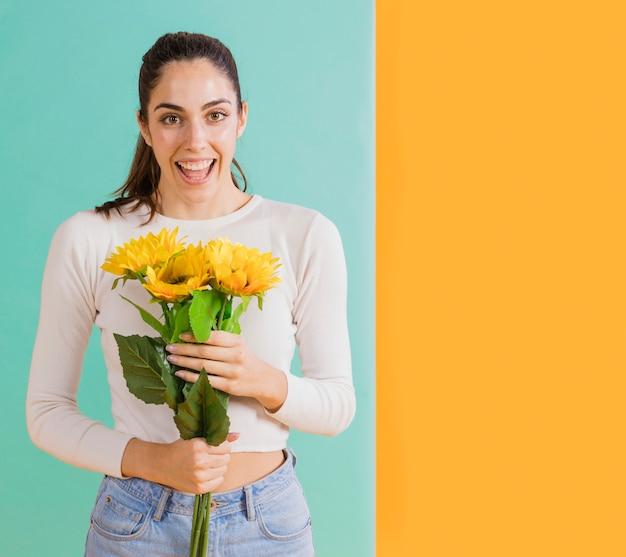 Kobieta z bukietem słonecznika