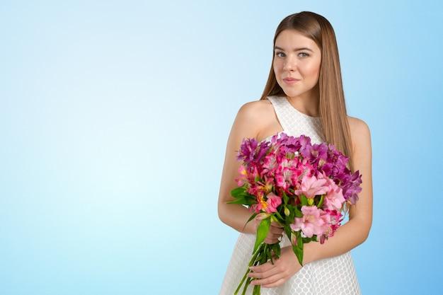 Kobieta z bukietem wiosennych kwiatów