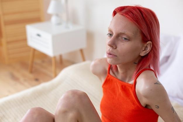 Kobieta z bulimią. młoda rudowłosa, niezdrowa kobieta z bulimią, odczuwa zawroty głowy i jest nieszczęśliwa