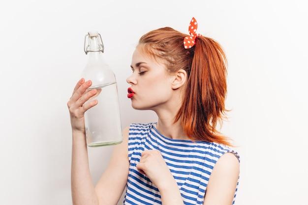 Kobieta z butelką wody w dłoniach