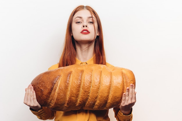 Kobieta z chlebem, duży świeży chleb