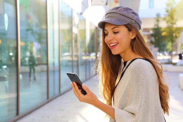 Kobieta z chłopcem piekarz otrzymuje dobrą wiadomość na jej inteligentny telefon