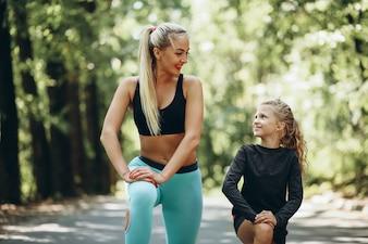 Kobieta z córką jogging w parku