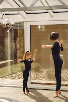 Kobieta z córką zajmuje się gimnastyką