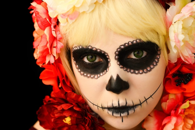 Kobieta z cukru czaszki makijaż i blond włosy na białym tle