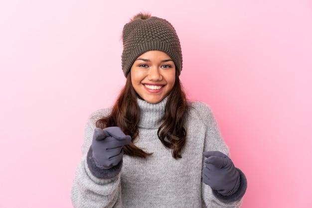 Kobieta z czapka zimowa na pojedyncze ściany różowy