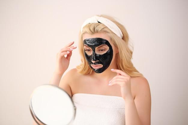 Kobieta z czarną maską na twarzy