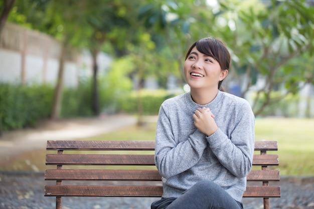 Kobieta z czasem relaksu w parku