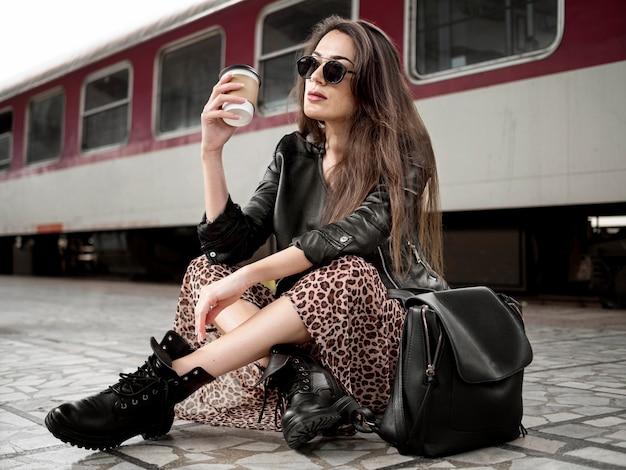 Kobieta z czekaniem na pociąg