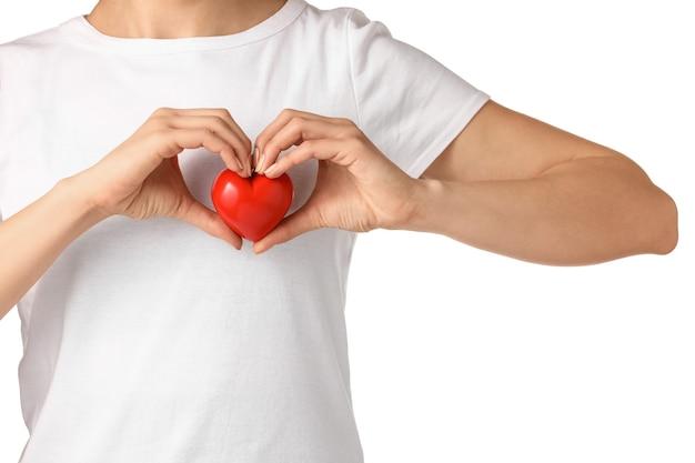 Kobieta z czerwonym sercem na białym tle