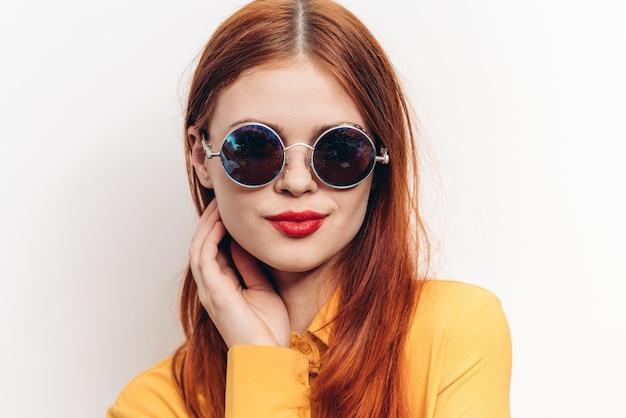 Kobieta z czerwonymi ustami i okularami przeciwsłonecznymi