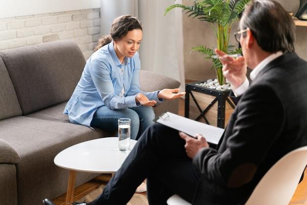Kobieta z depresją i problemami w relacjach - pracownia psychoterapeuty, psycholog na sesji z pacjentem