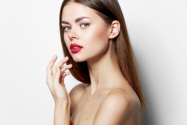 Kobieta z długa fryzura szminka na białym tle jasnym tle