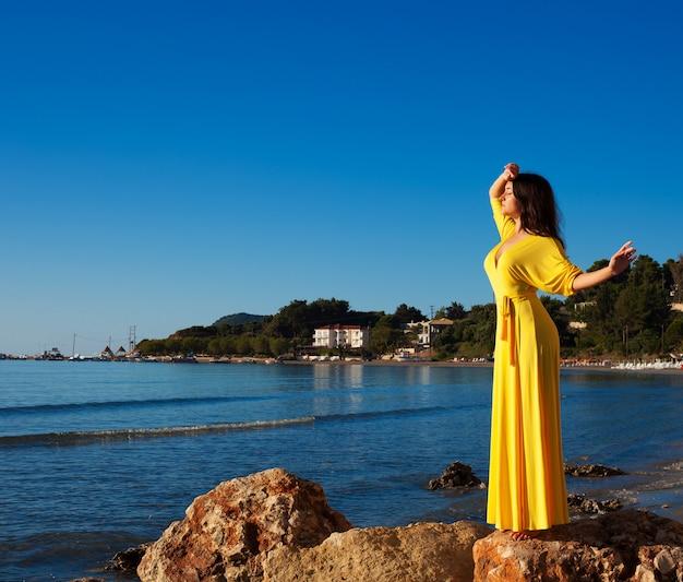 Kobieta z długą żółtą sukienką