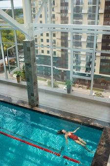 Kobieta z długiego strzału w basenie