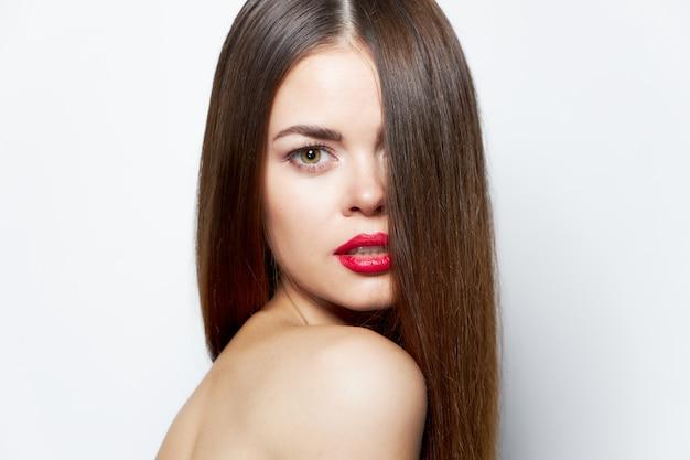 Kobieta z długimi fryzurami na zbliżeniu szminki twarzy