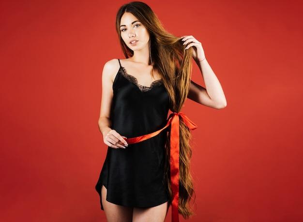 Kobieta z długimi zdrowymi włosami naturalnymi. fryzjer, salon kosmetyczny.