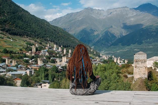 Kobieta z dredami patrząc na wieś