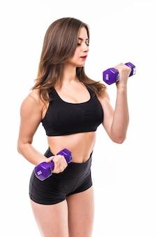 Kobieta z dumbbells pracującymi odizolowywającymi z sprawności fizycznej gym pojęciem out