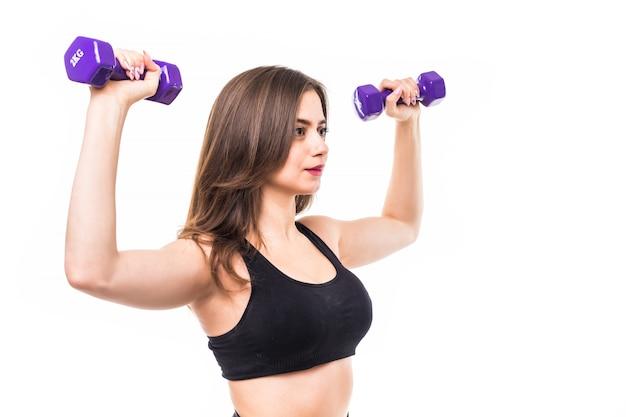 Kobieta z dumbbells pracującymi out i robić różnym ćwiczeniom