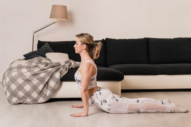 Kobieta z dużym kątem w elastycznej pozycji