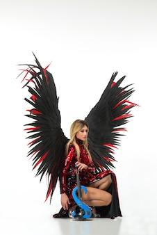 Kobieta z dużymi anielskimi skrzydłami
