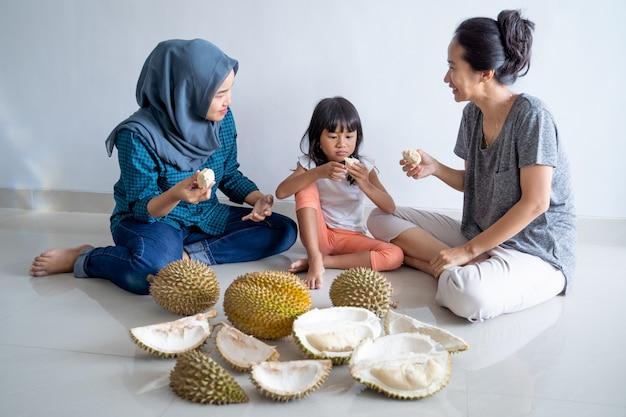 Kobieta z dziećmi je durian owoc