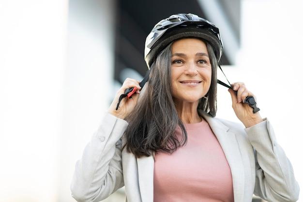 Kobieta z dziewczyną dostarczającą kask rowerowy