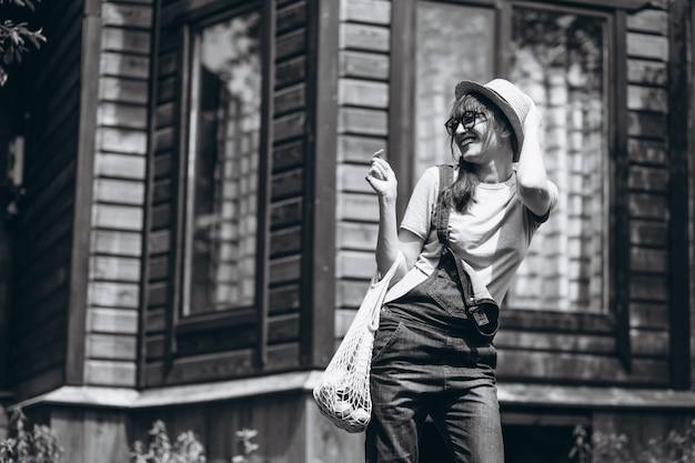 Kobieta z eco torbą z owoc w kraj stronie