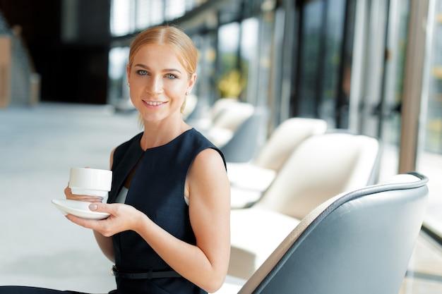 Kobieta z filiżanką kawy lub herbaty