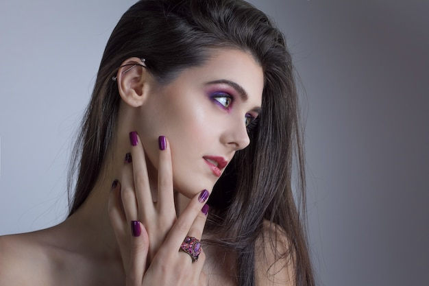 Kobieta z fioletowymi paznokciami