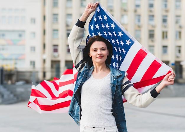 Kobieta z flaga stany zjednoczone na ulicie