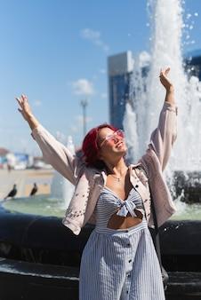 Kobieta z fontanny wody tłem