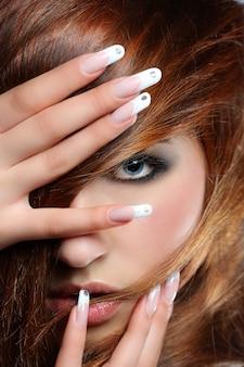 Kobieta z francuskimi paznokciami