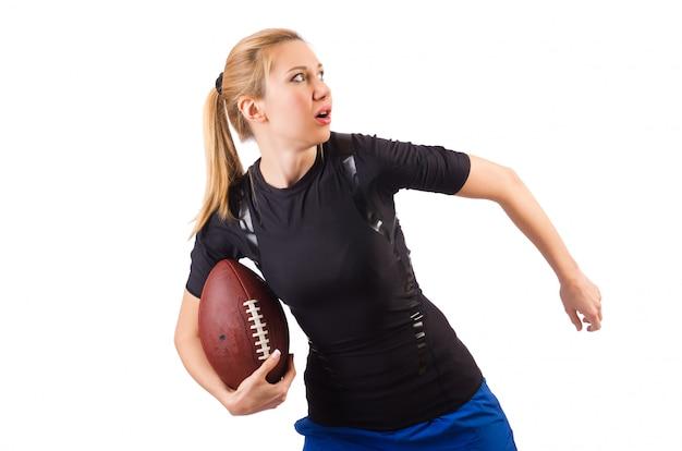 Kobieta z futbolem amerykańskim odizolowywającym na bielu