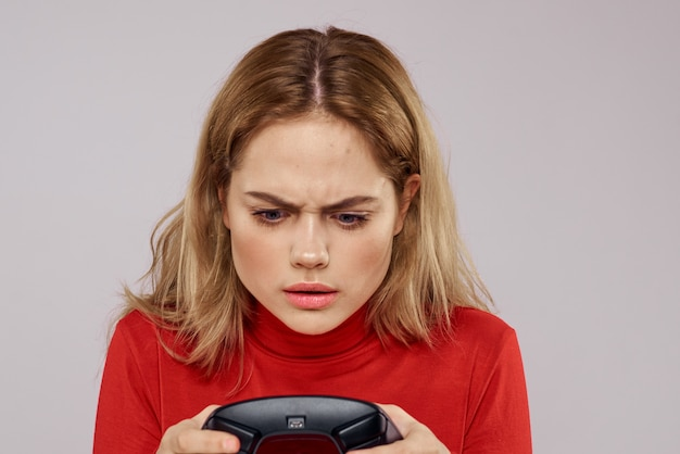 Kobieta z gamepadem w ręce gry w gry