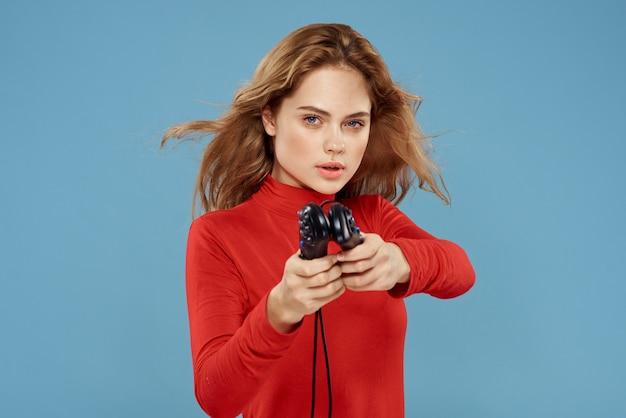 Kobieta z gamepadem w rękach