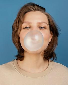 Kobieta z gume bańki