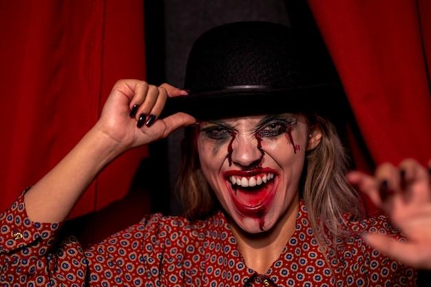 Kobieta z halloween joker makijaż śmiech