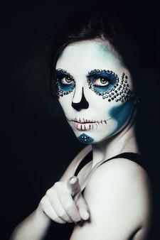 Kobieta z halloweenowym makeup. cukrowa czaszka piękny model. koncepcja santa muerte.
