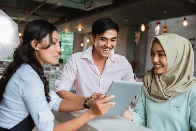 Kobieta z hidżabu, która zamawia jedzenie i picie kelnerce
