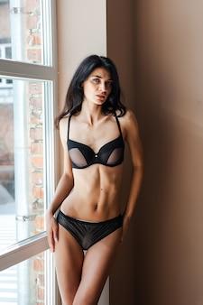 Kobieta z idealnym ciałem w bieliźnie