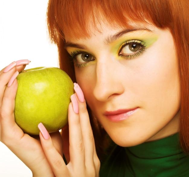 Kobieta z jabłkiem odizolowywającym nad bielem